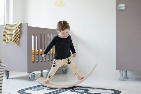 Balansowanie na desce przynosi dzieciom wiele korzyści