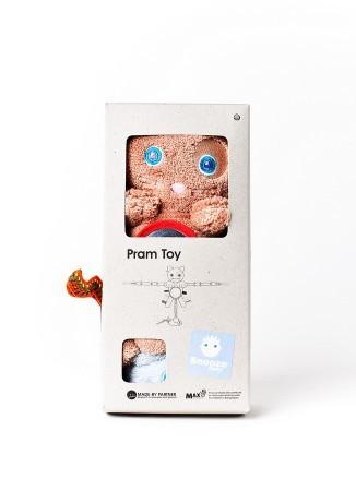 Zabawka jest ładnie opakowana w kartonowe pudełeczko - idealne na prezent