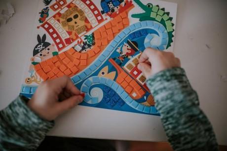 Praca nad obrazkiem jest bardzo wciągająca dla dziecka