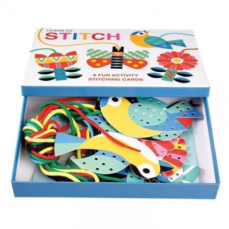 Zestaw zawiera karty z dziurkami i kolorowe sznurki do przewlekania