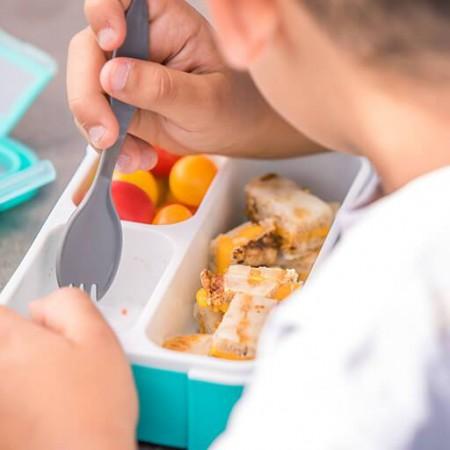 Lunchbox posiada 3 osobne komory i praktyczną łyżkę z ząbkami