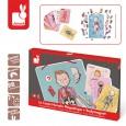 Układanka magnetyczna Ciało człowieka | Janod Układanka zawiera magnetyczną tablicę, 18 kart pomocniczych z zaznaczonymi częściami ciała w różnych językach, 76 magnetycznych elementów ciała oraz drewniany wskaźnik