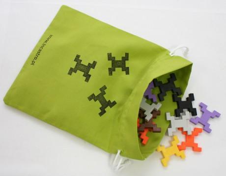 Do zestawu Cube L dołączany jest zielony lub niebieski bawełniany woreczek do przechowywania klocków.