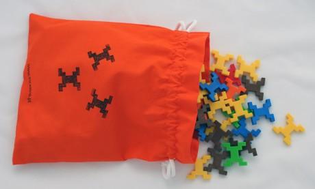Do zestawu Cube XL dołączany jest zielony lub niebieski bawełniany woreczek do przechowywania klocków.