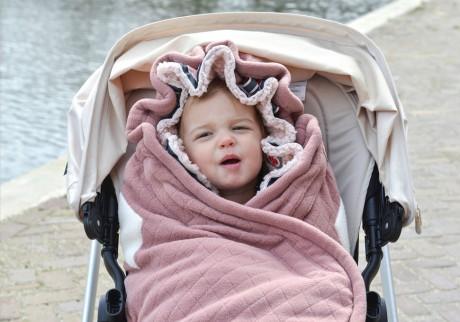 Wokół główki dziecka można uformować praktyczny kapturek