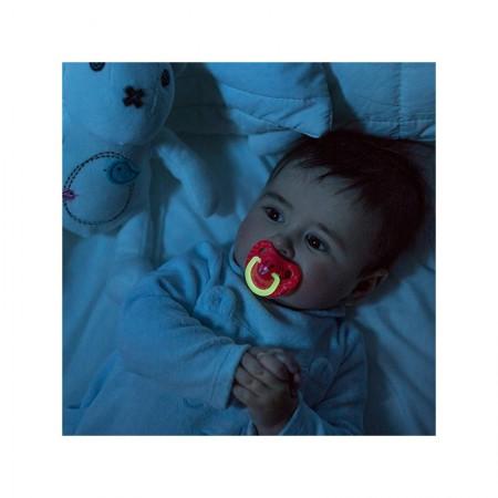 """Uchwyt smoczka lekko odbija światło i daje wrażenie """"świecenia"""" w ciemności."""