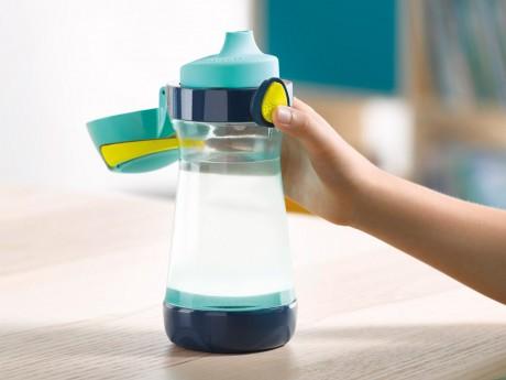 Butelkę można łatwo otworzyć jedną ręką