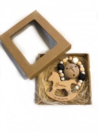 Ręcznie robiona, drewniana zawieszka do smoczka i gryzak Konik | Luna - przykładowe opakowanie i grawer